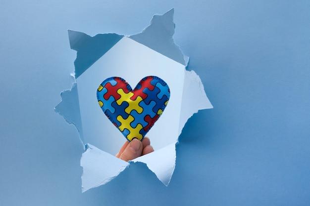 세계 자폐증 인식, 종이 잘라 구멍에 마음에 퍼즐 또는 퍼즐 패턴 개념 프리미엄 사진