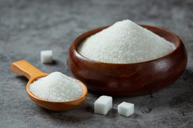 Всемирный день борьбы с диабетом; сахар в деревянной миске на темной поверхности Бесплатные Фотографии