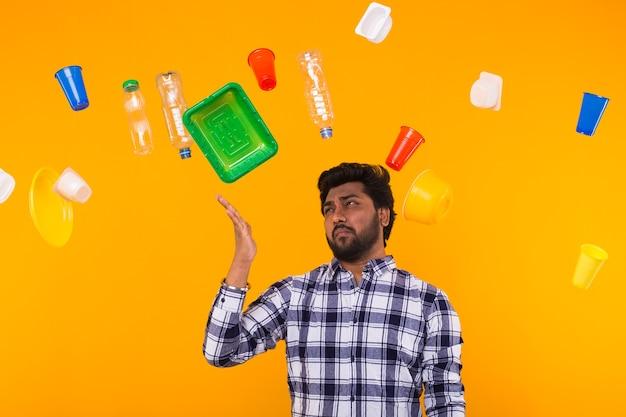 世界環境デー、プラスチックのリサイクル問題と環境災害の概念-ゴミを探している悲しいインド人 Premium写真