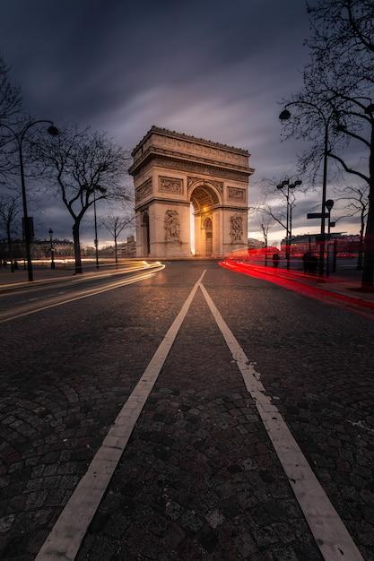 フランス、パリの市内中心部で世界的に有名な凱旋門。 Premium写真