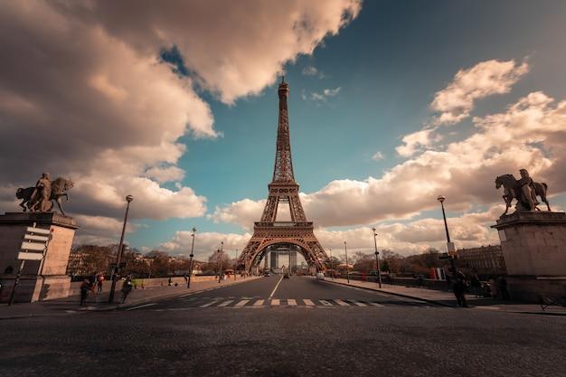Эйфелева башня мира известная в центре города парижа, франции. Premium Фотографии