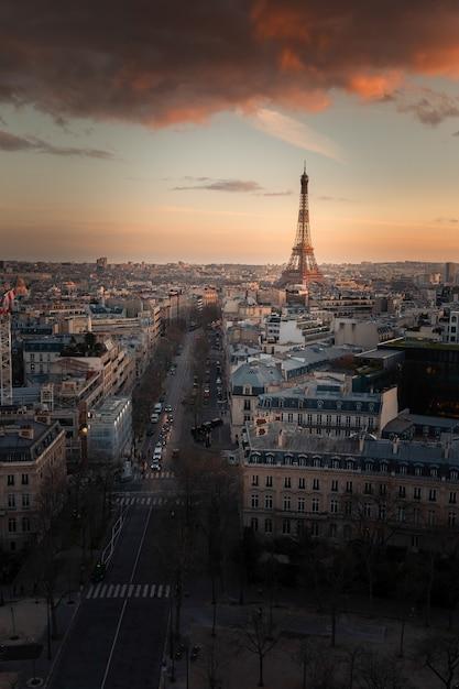 フランス、パリの市内中心部にある凱旋門(凱旋門)の上部の屋根から見た世界的に有名なエッフェル塔。 Premium写真