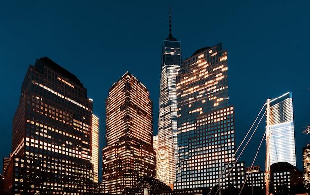 Всемирный торговый центр ночью, вид с реки гудзон, нью-йорк, сша Premium Фотографии
