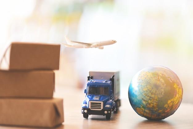 Логистика транспорт импорт экспорт услуги доставки клиенты заказывают вещи через интернет международная доставка онлайн авиаперевозчик коробки для грузовых самолетов упаковка экспедитора в worldwid Premium Фотографии
