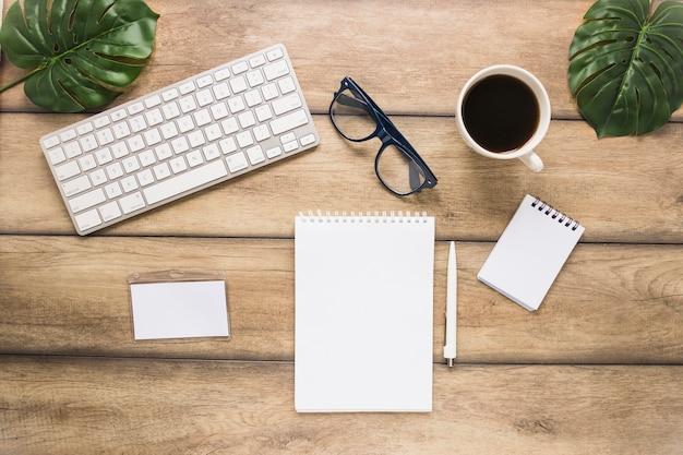 키패드 컵과 노트북이있는 직장 무료 사진