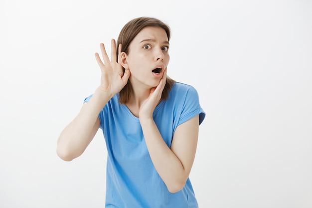 心配している好奇心旺盛な女性が盗聴、うわさ話、盗聴中に耳を傾ける 無料写真