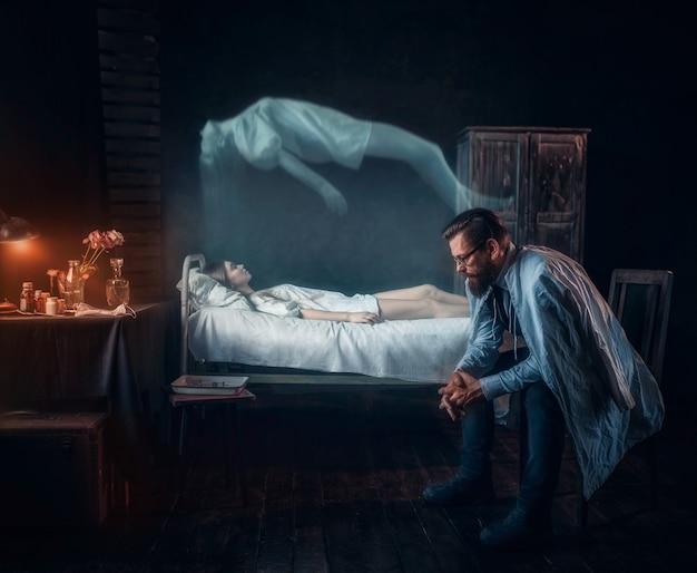 死んだ女性に対する心配の男、魂は体を残した Premium写真