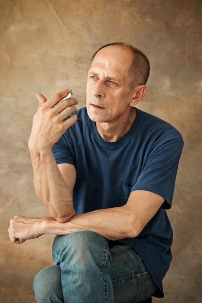 Взволнованный зрелый мужчина сидит Бесплатные Фотографии