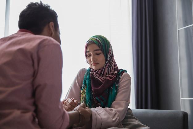 心配しているイスラム教徒の女性の問題を共有 Premium写真