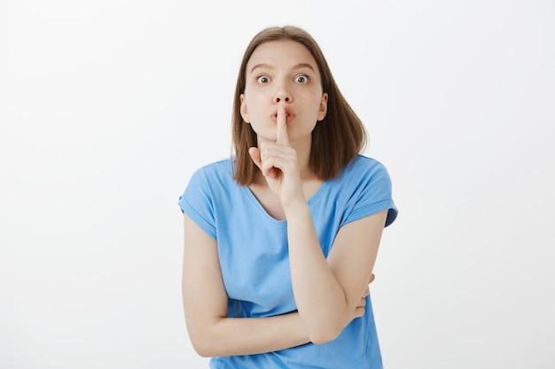 気が狂った目で身震いする心配している女性、静かに言って 無料写真