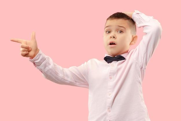 ワオ。ピンクの背景に魅力的な男性のハーフレングスのフロントポートレート。口を開けて立っている若い感情的な驚きの10代の少年 無料写真