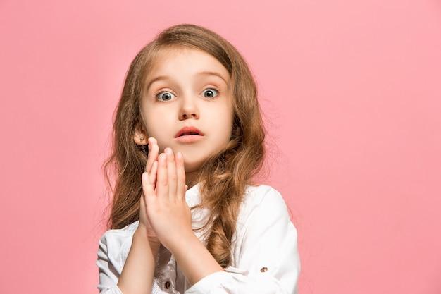 Вау. красивый женский передний портрет изолированный на розовой стене. молодая эмоциональная удивленная девочка-подросток. человеческие эмоции, концепция выражения лица. Бесплатные Фотографии