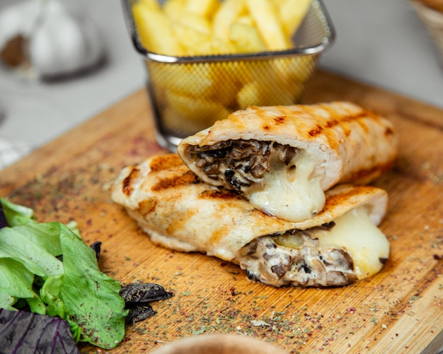 Wrap filled with mushroom and cheese Free Photo