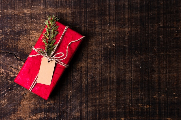 Wrapped christmas gift with empty tag and copy space Free Photo