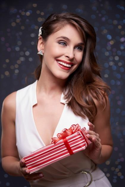 包まれたプレゼントと魅力的な女性 無料写真