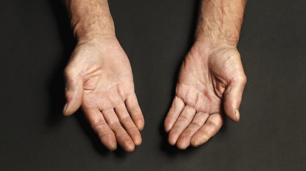 Морщинистые руки пожилого мужчины Premium Фотографии