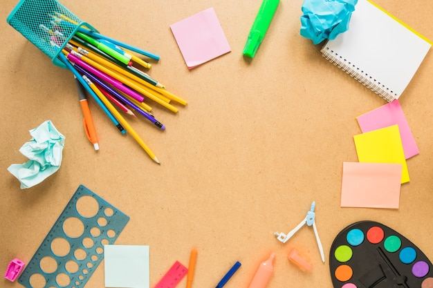 Writing implements laid in circle Free Photo