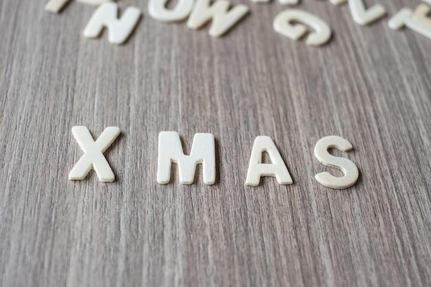 木製のアルファベットのx masワード。メリークリスマス、そしてハッピーニューイヤー Premium写真