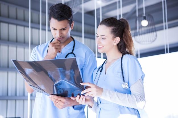 病院でxレポートを調べる医師 Premium写真