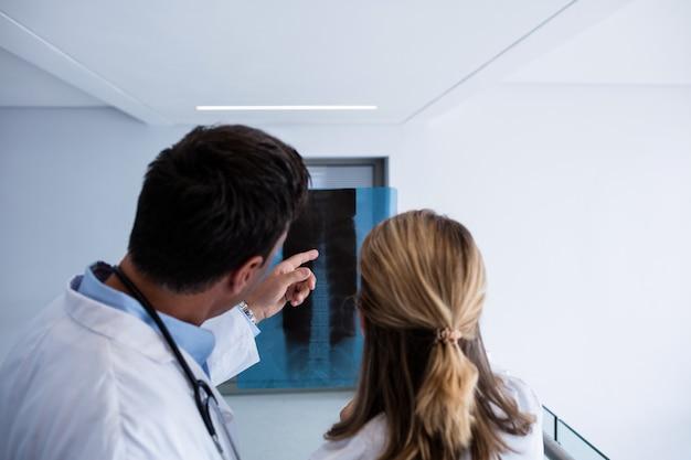 X線レポートについて議論する男性と女性の医師 Premium写真