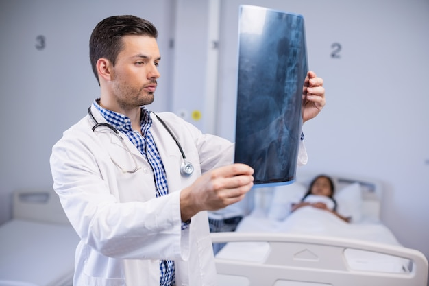 医師が患者のx線を調べる Premium写真