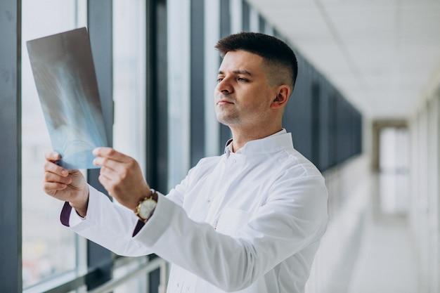 X線を見て若いハンサムな外科医 無料写真