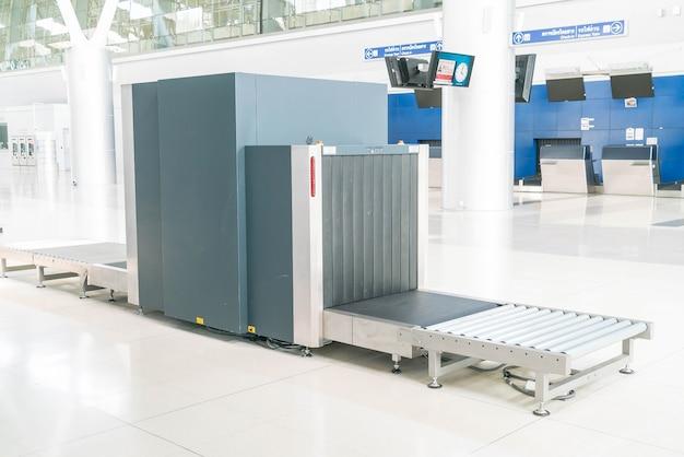 空港のx線スキャナーで荷物を確認する 無料写真