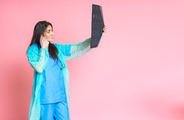 携帯電話で話している女性医師とx線検査 Premium写真