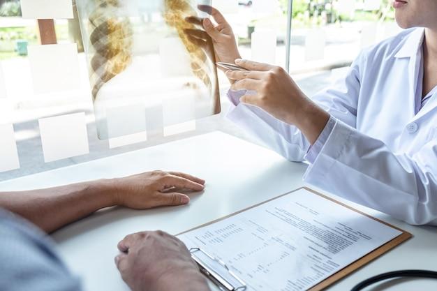 肺のx線を保持している医師 Premium写真