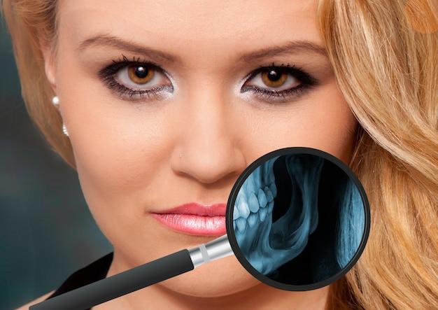 人の顎の視野からの虫眼鏡によるx線 Premium写真