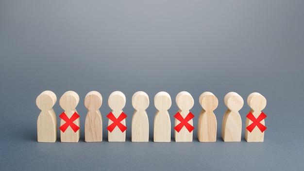 Ряд людей с красным x. сокращения и увольнения из-за ограничительного карантина и пандемии Premium Фотографии