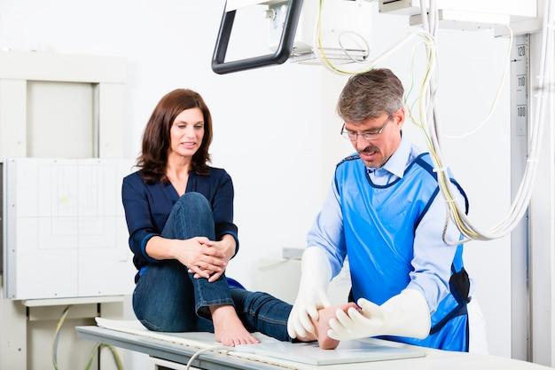 医者の手術で患者の足のx線を作る Premium写真