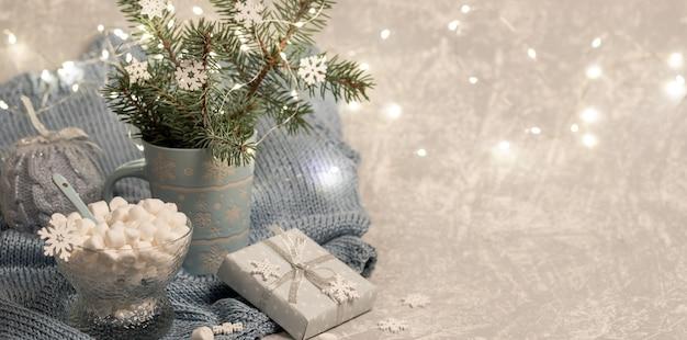 Рождественская композиция с еловыми ветками в кружке Premium Фотографии