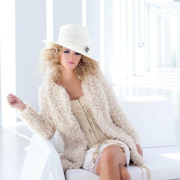 Модная блондинка с корсетом от xviii века Premium Фотографии
