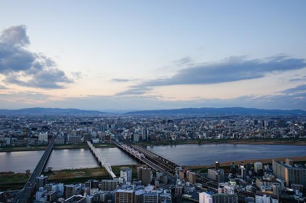 梅田スカイビルからの関西地方の日没時のy川と大阪市内の高角度のビュー Premium写真