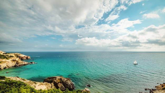 Яхты в бухте синего тропического моря Premium Фотографии