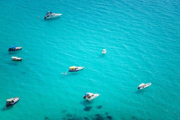 Яхты в бухте на побережье тропического моря Premium Фотографии