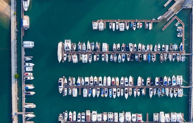 Яхтенный парк в бухте Premium Фотографии
