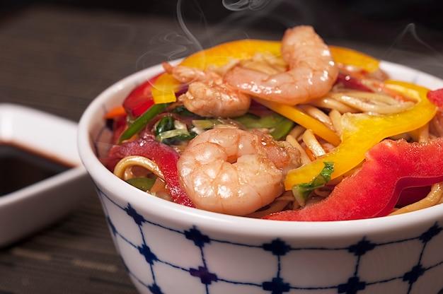 Yakisoba japanese shrimp food dish, asian food, delicious lámen chinese dish, organic sea food Premium Photo