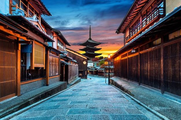 Пагода ясака и улица саннен зака в киото, япония. Бесплатные Фотографии