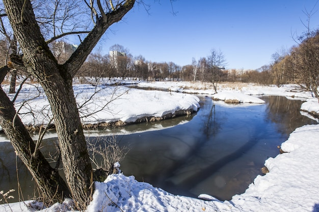 雪で覆われた地面と冬のモスクワのヤウザ川 無料写真