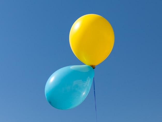 Желтый и синий шар окрашен в национальный флаг украины на фоне голубого неба Premium Фотографии