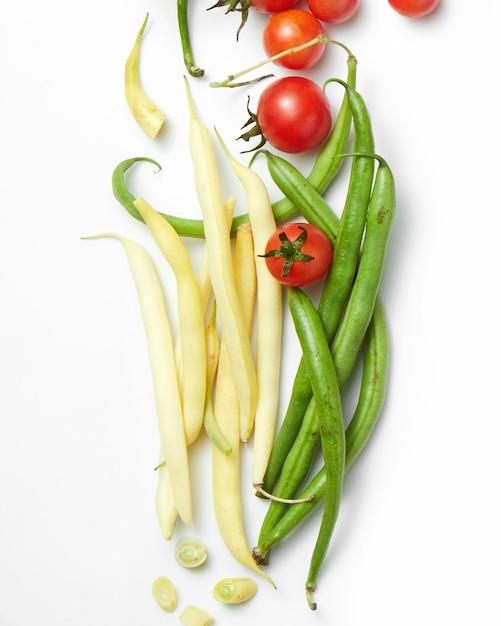 チェリートマトと黄色と緑の豆 Premium写真