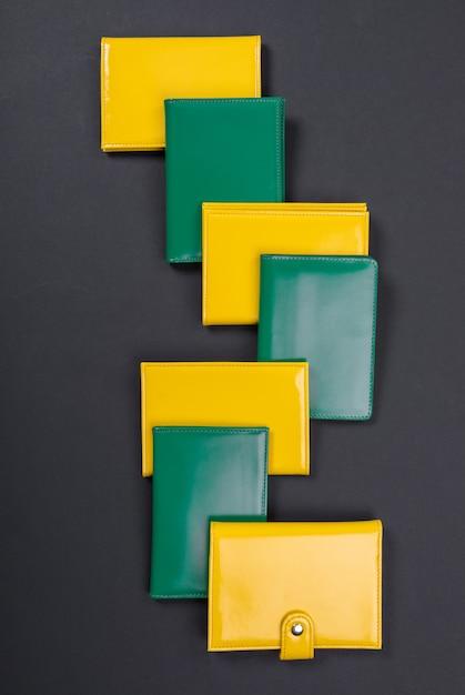 Желто-зеленый кошелек на черном матовом Premium Фотографии