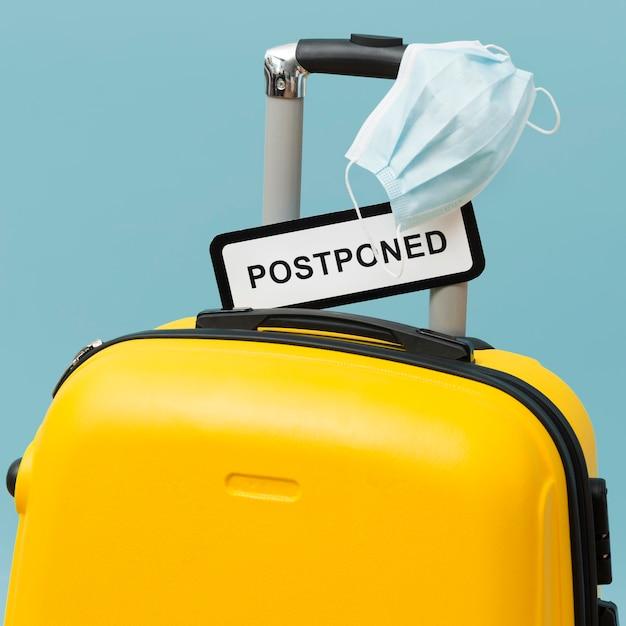 延期された記号の付いた黄色の手荷物 無料写真