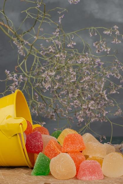 Желтое ведро желейных конфет с сухоцветами Бесплатные Фотографии