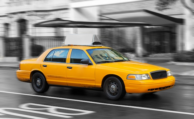 Yellow cab in manhattan in a rainy day  Photo | Premium Download