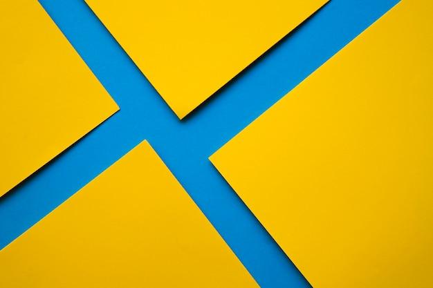 Carte di cartone giallo su superficie blu Foto Gratuite