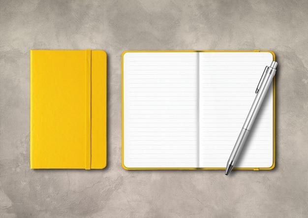Желтые тетради с закрытой и открытой линовкой и ручкой Premium Фотографии