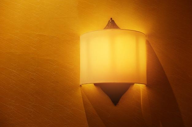 Желтый цвет фона с лампочкой на стене Premium Фотографии